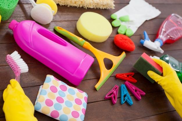 Varie attrezzature per la pulizia sistemate sul pavimento di legno