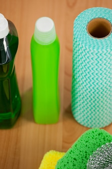 Varie attrezzature per la pulizia sul pavimento di legno