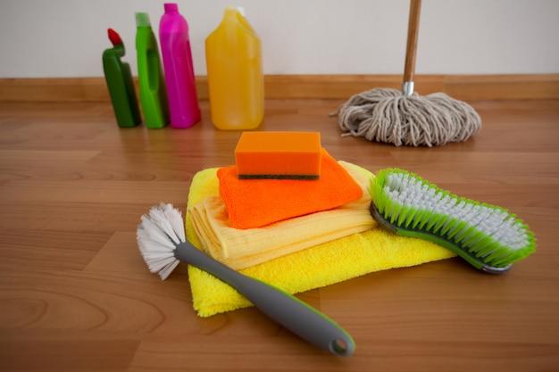 Varie attrezzature per la pulizia