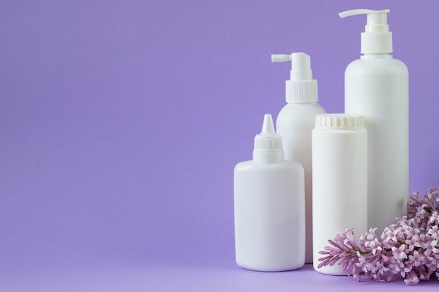 Varie bottiglie di plastica e fiori lilla