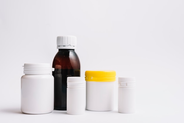 Varie bottiglie di plastica per pillole