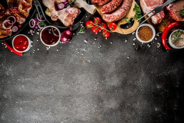 Varie carni crude pronte per griglia e barbecue
