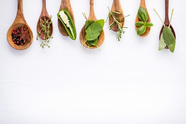 Varie delle spezie e delle erbe su fondo di legno.