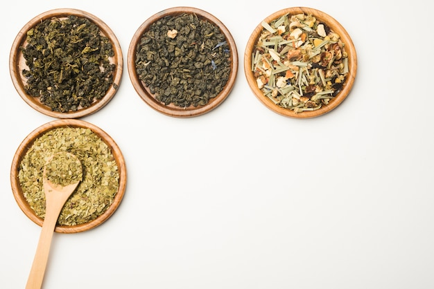 Varie erbe secche mediche naturali assortite sul vassoio di legno