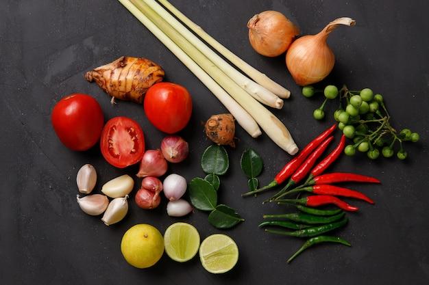 Varie erbe, spezie e ingredienti su oscurità. vista dall'alto