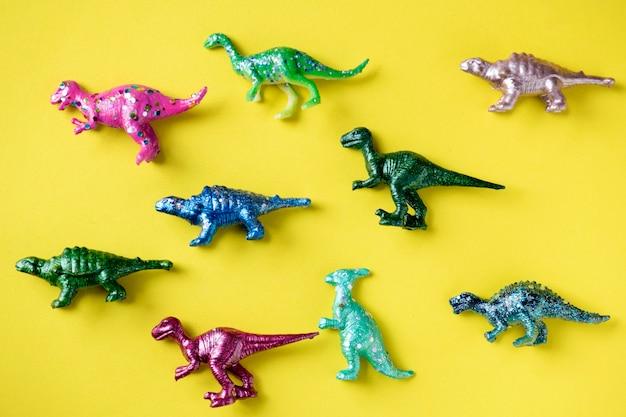Varie figure di animali giocattolo in uno sfondo colorato