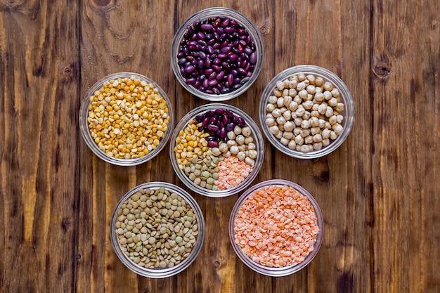 Varie lenticchie e fagioli sulla tavola di legno