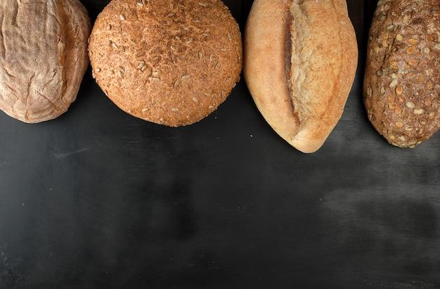 Varie pagnotte di pane al forno su un nero