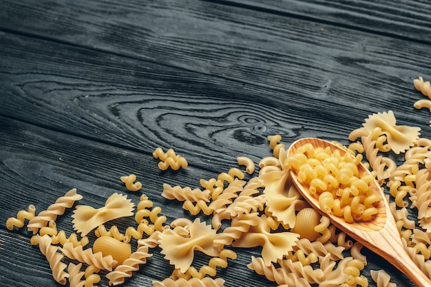 Varie paste su cucchiai e fondo in legno