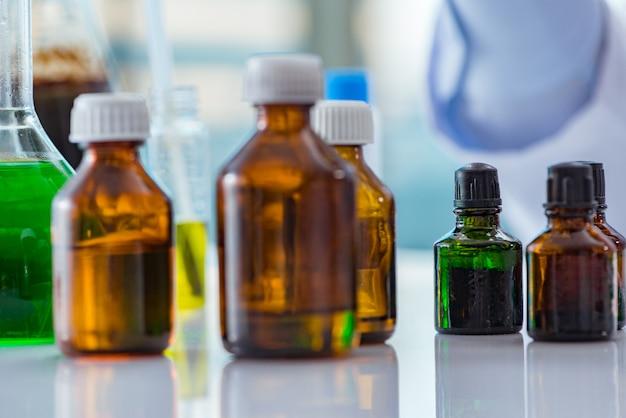 Varie soluzioni chimiche in laboratorio