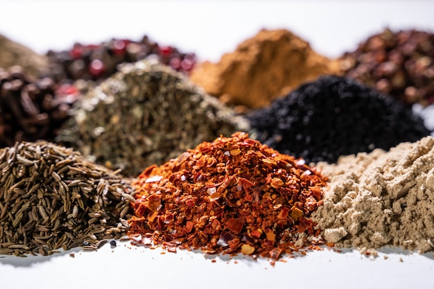 Varie spezie e condimenti orientali su fondo bianco