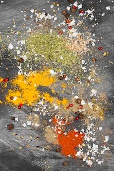 Varie spezie su sfondo nero. vista dall'alto. sfondo di cibo