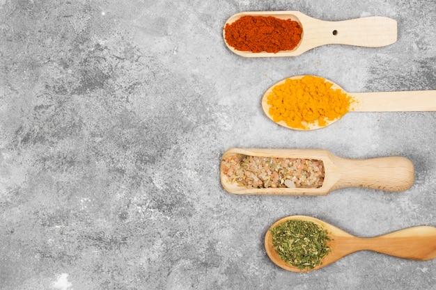 Varie spezie su uno sfondo grigio. vista dall'alto, copia spazio. sfondo di cibo