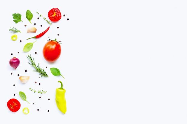 Varie verdure fresche ed erbe aromatiche. sfondo di concetto di mangiare sano