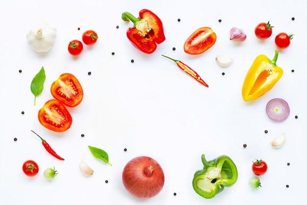Varie verdure fresche ed erbe su bianco. concetto di mangiare sano