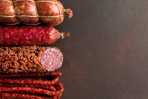 Varietà del primo piano di carne suina fresca con lo spazio della copia