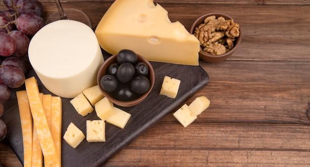 Varietà deliziosa del formaggio del primo piano con le noci