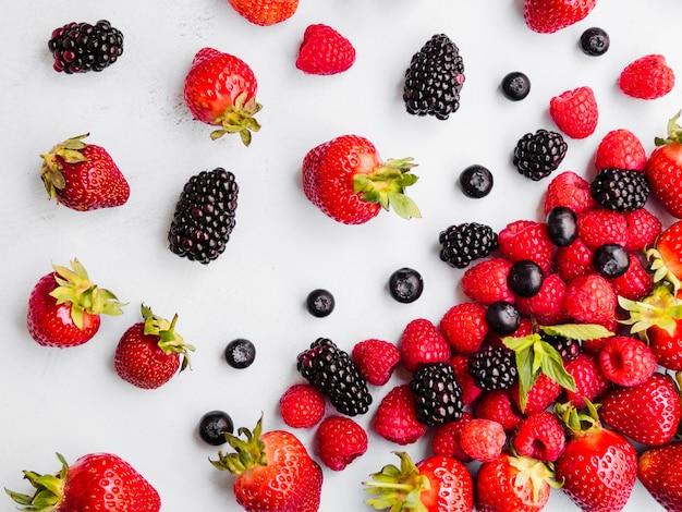 Varietà di bacche fresche e dolci su sfondo bianco