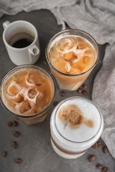 Varietà di bevande ghiacciate con latte su un vassoio