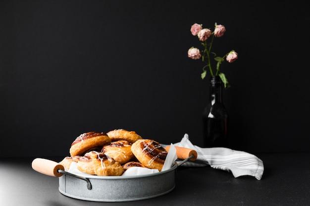 Varietà di dolore aux uvetta in un vassoio