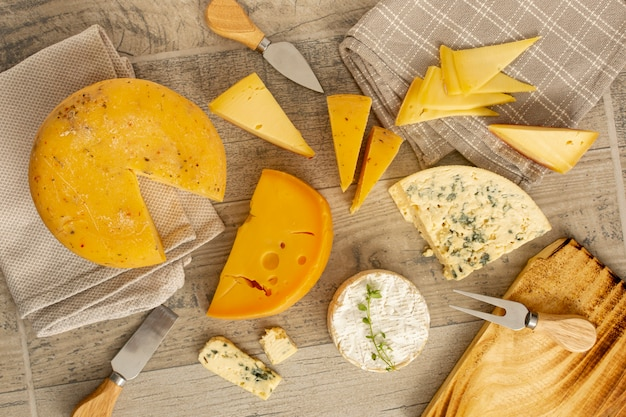 Varietà di formaggi deliziosi vista dall'alto