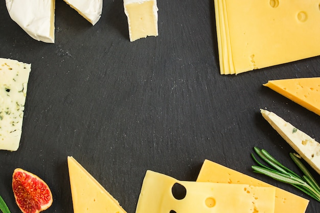 Varietà di formaggi (delizioso spuntino, diversi tipi di formaggio a pasta dura e a pasta molle)