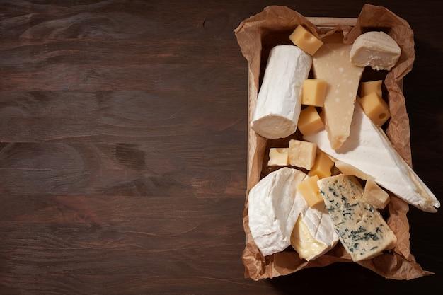 Varietà di formaggi diversi con vino.