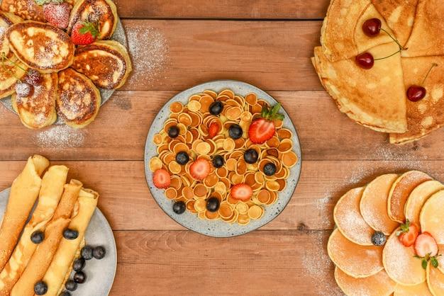Varietà di frittelle con frutti di bosco. diversi tipi di frittelle vista dall'alto