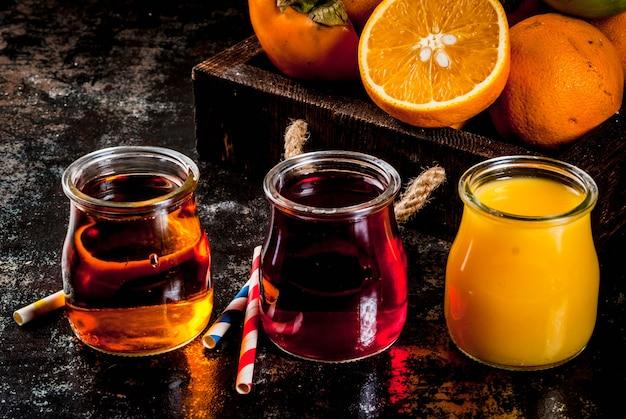 Varietà di frutta e succhi freschi