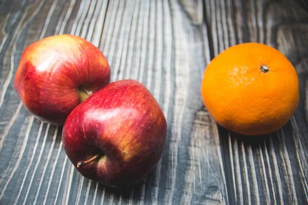 Varietà di frutti con mele rosse mele verdi e arance