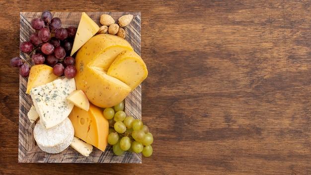 Varietà di gustosi snack con spazio di copia