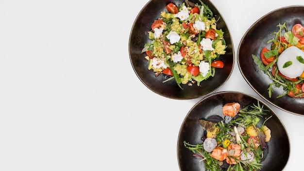 Varietà di insalata fresca con spazio di copia