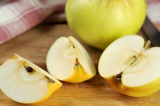 Varietà di mele gialle antonovka su un piatto