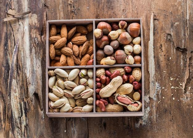 Varietà di noci: arachidi nocciole castagne noci anacardi pistacchio e noci pecan. cibo e cucina.