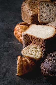 Varietà di pane appena sfornato