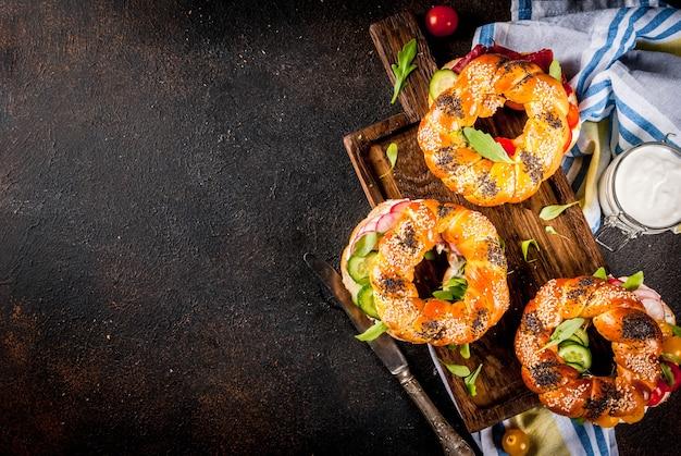Varietà di panini bagel fatti in casa con semi di sesamo e papavero