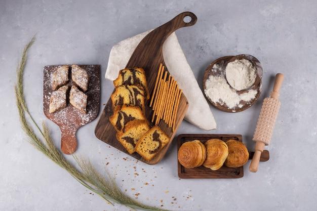 Varietà di pasticcini e cracker su una tavola di legno, vista dall'alto