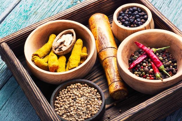 Varietà di spezie sul tavolo della cucina
