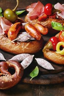 Varietà di spuntini di carne in salatini