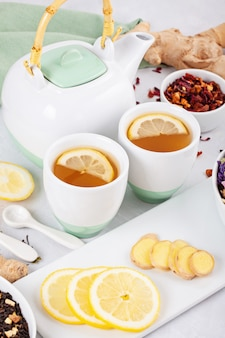 Varietà di tè alle erbe e frutta salutari con limone e zenzero. bevanda antiossidante, disintossicante, rinfrescante