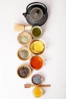 Varietà di tè verde, nero e matcha
