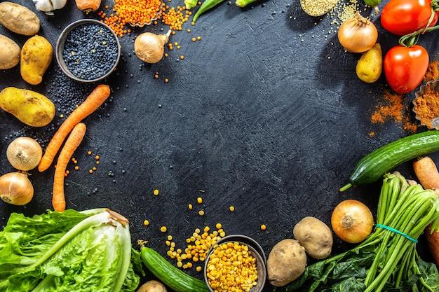 Varietà di verdure fresche gustose su oscurità