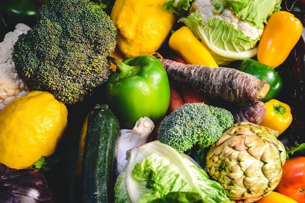 Varietà di verdure fresche per dieta disintossicante.