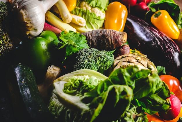 Varietà di verdure fresche per proteggere dal cancro.