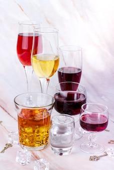 Varietà di vino calici con gemito rosso e bianco, vodka e cognac