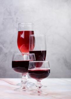 Varietà di vino calici con gemito rosso e bianco.