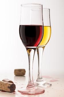 Varietà di vino due calici con gemito rosso e bianco.