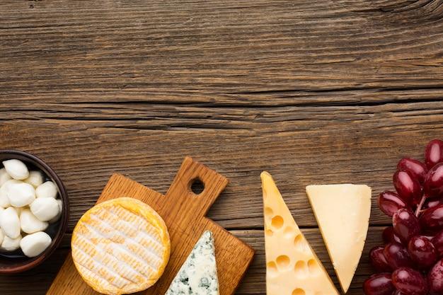 Varietà di vista dall'alto di gustoso formaggio con spazio di copia