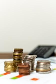 Varietà di vista frontale di monete e sfondo sfocato