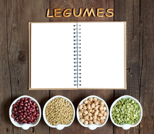 Varietà o legumi, la parola dei legumi su una vista di legno marrone del piano d'appoggio con lo spazio della copia del taccuino